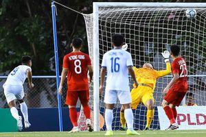 Cầu thủ Lào đánh đầu tung lưới U22 Việt Nam