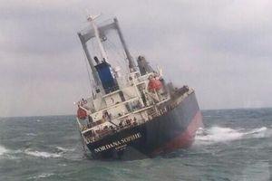 Cứu 18 thuyền viên nước ngoài trên tàu hàng 9.000 tấn sắp chìm