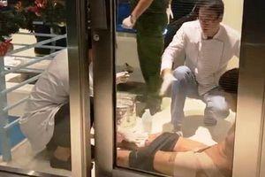 Người đàn ông cắt bộ phận sinh dục, dọa nhảy từ tầng 23