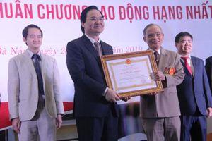 Đại học tư thục đầu tiên của miền trung đón nhận huân chương lao động hạng nhất