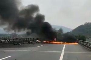 Kinh hoàng xe tải đâm vào dải phân cách, bốc cháy dữ dội trên cao tốc Nội Bài - Lào Cai