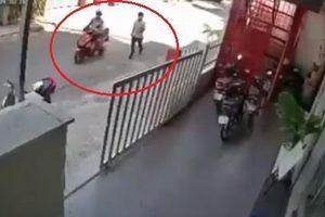 Quên rút chìa khóa, người phụ nữ mất chiếc xe máy khi đưa con vào lớp