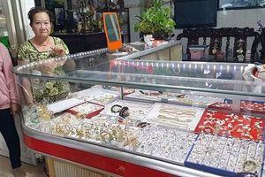 Chủ tiệm vàng bị cướp ở Long An: 'Tiệm tôi nhỏ lắm, có mấy tủ kính nhỏ mà cũng bị cướp tấn công...'