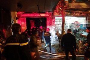 Giải cứu 2 người mắc kẹt trong đám cháy trên phố Lò Rèn