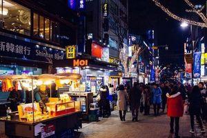 Hòa vào không khí sôi động của chợ đêm Seoul