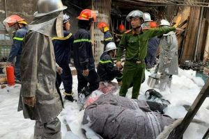 Nổ bình gây cháy, lửa bao trùm xe tải chở gas ở Hà Nội