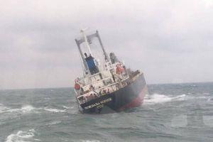 180 tấn dầu trong tàu Thái Lan gặp nạn trên biển Hà Tĩnh bắt đầu tràn