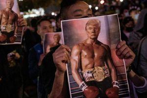 Người biểu tình Hong Kong giơ ảnh TT Trump 'cơ bắp'