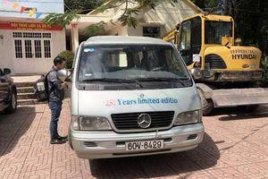 Ô-tô đưa đón làm rơi hai học sinh xuống đường đã hết hạn kiểm định