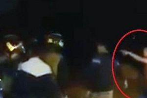 Kiểm tra xe máy vi phạm, CSCĐ bị thanh niên manh động chửi bới, tấn công
