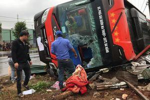 Nhiều hành khách may mắn thoát nạn sau vụ lật xe kinh hoàng lúc rạng sáng