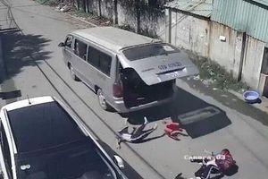 Đồng Nai: Xe đưa đón bung cửa làm hai học sinh văng xuống đường