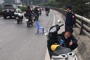 Truy tìm ô tô bán tải gây tai nạn khiến bé trai 5 tuổi tử vong, người mẹ bị thương nặng rồi bỏ chạy