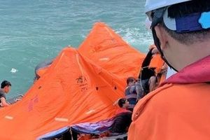 Tàu hàng chìm, 11 thuyền viên ôm phao nhảy xuống biển