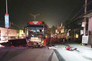 Xe máy va chạm với xe khách, 1 người chết, 2 người nguy kịch