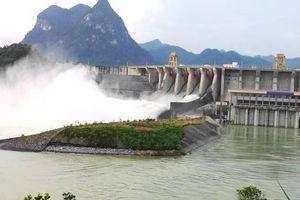 Mưa kéo dài, nhiều hồ chứa Trung Bộ và Tây Nguyên đang phải xả tràn phòng chống lũ