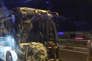Đồng Nai: Xe Cúc Phương nát bét đầu trên cao tốc Dầu Giây, 3 người bị thương