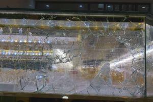 Chủ tiệm mải mê xem trận Việt Nam - Indonesia, kẻ trộm đập bể tủ kính lấy vàng