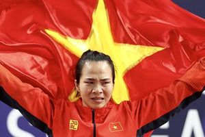 Đô cử Vương Thị Huyền bật khóc khi lần đầu chạm tay vào tấm Huy chương vàng SEA Games 30
