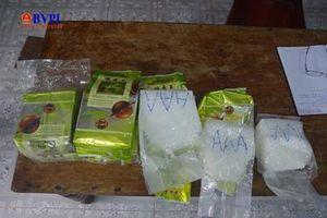 Người dân lại nhặt được các gói tinh thể màu trắng nghi ma túy đá