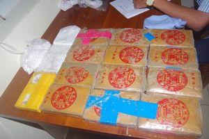 Khen thưởng 5 người dân nộp 25 bánh heroin nhặt được trên bãi biển
