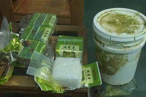 Quảng Trị: Tiếp tục phát hiện thùng nhựa chứa 7 gói vuông nghi ma túy đá dạt vào bờ biển