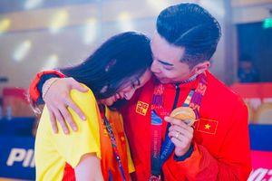 Khánh Thi òa khóc trong vòng tay chồng khi Phan Hiển đoạt huy chương vàng SEA Games
