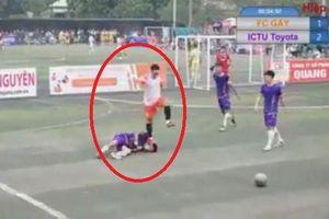 Dẫm lên mặt đối thủ, cầu thủ bị cấm thi đấu 2 mùa giải