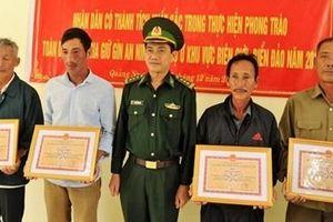 Khen thưởng người dân giao nộp heroin nhặt được trên bãi biển Tam Thanh