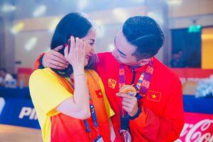 Khánh Thi khóc nức nở khi Phan Hiển giành Huy chương Vàng SEA Games 30