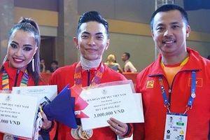 Phan Hiển giành HCV, Khánh Thi khóc, Chí Anh háo hức 'thưởng nóng'