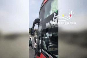 Clip: Nhóm tài xế xe khách hỗn chiến trên đường, giao thông ùn tắc nghiêm trọng