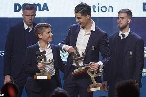 Ronaldo giành cú đúp danh hiệu khi Messi có Quả bóng Vàng