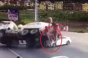 Ôtô sang đường ẩu gây tai nạn, bị xe bồn đè trúng