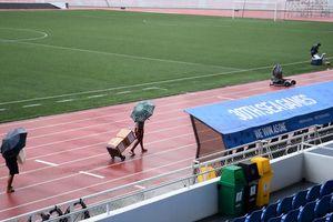 Sân thi đấu của U22 Việt Nam đón bão trước giờ bóng lăn