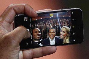 Didier Drogba chụp ảnh selfie cùng Mbappe bằng iPhone đời cũ