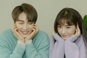 Hari Won vẫn trẻ trung khi ngồi cạnh ca sĩ Hàn kém tuổi
