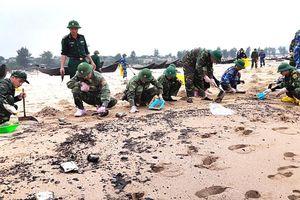 Vụ chìm tàu 9.000 tấn tại Hà Tĩnh: Xử lý dầu loang dạt vào bờ biển