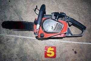 Giận vợ, người đàn ông 45 tuổi dùng cưa máy cắt cổ tự tử