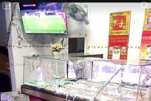 Kẻ gian tấn công chủ tiệm vàng khi xem trận U22 Việt Nam và U22 Singapore
