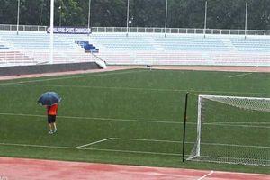 HLV Park Hang Seo cử 2 trợ lý kiểm tra mặt sân trong bão