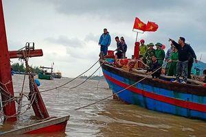 Hà Tĩnh: Trục vớt thành công tàu đánh cá của ngư dân bị chìm trên biển