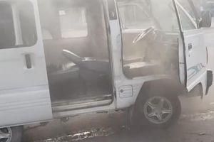 Bình Dương: Ô tô chở học sinh đến trường bốc cháy ngùn ngụt, tài xế múc từng xô nước dập lửa