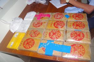 Người dân nộp thêm một bánh heroin có chữ Trung Quốc