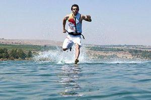 1001 thắc mắc: Con người có thể đi trên mặt nước được không?