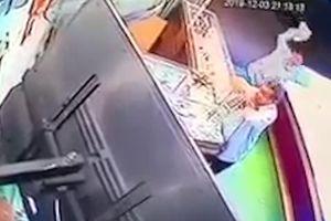 Khoảnh khắc nam thanh niên đánh gục chủ tiệm vàng ở Bình Định