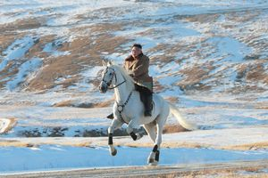 Nhà lãnh đạo Triều Tiên cưỡi ngựa lên núi Baekdu linh thiêng