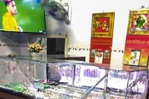 Vợ chồng chủ tiệm vàng bị tên cướp dùng búa tấn công khi đang xem trận Việt Nam và Singapore