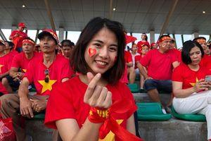 Nữ CĐV xinh đẹp dự đoán Việt Nam thắng Thái Lan 2-1