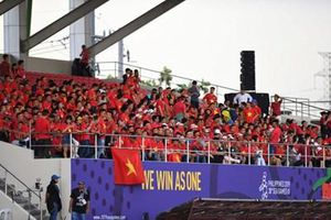 Cổ động viên Việt Nam nhuộm đỏ sân Binan